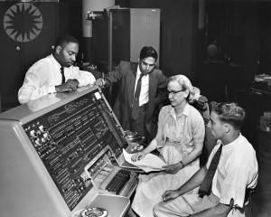 Grace Hopper, pionnière de l'informatique, programmant la plate-forme de cyberadministration de la ville de Lausanne