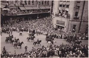 Cortège militaire (mi-juillet 1951). On voit le Cinéac derrière la foule.