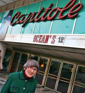 """Lucienne Schnegg devant le Capitole en 2005. Photo utilisée pour l'affiche de """"La petite dame du Capitole"""" de Jacqueline Veuve."""
