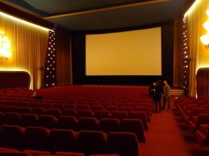 Et la salle, superbe, recouverte d'un… tapis rouge ! Héhé, bon elle était facile celle-là, je vous l'accorde.