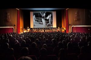 """Un autre exemple d'événement organisé par la Cinémathèque Suisse : les Jardins Musicaux, avec ici """"The Champion"""" de Charlie Chaplin."""