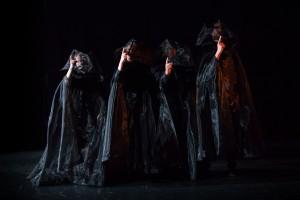 Les comédiens recouverts de noir de la tête au pied… Difficile d'y reconnaître les guignols de la première photo, mais ce sont bien eux. Photo : © Fabrice Ducrest