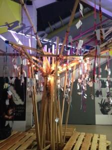 L'arbre à mantra, où chacun pouvait écrire une pensée et l'y  suspendre à une branche.