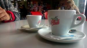 Du café, une cafétéria et des questions décalées.