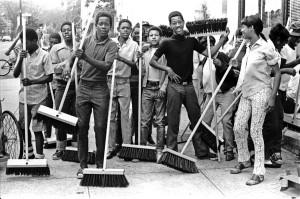 En 1970, une équipe de jeunes urbains nettoie le quartier à le demande du président américain Lyndon Johnson