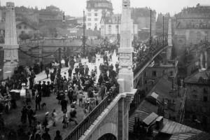 Les piétons envahissent le Pont Bessières le 24 septembre 1910, jour de son inauguration (© Musée historique de Lausanne)