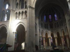On aperçoit l'une des chapelles hautes en haut à gauche, et les balcons auxquels nous avons pu accéder en haut à droite, sous les vitraux.