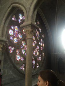 On peut observer la Rose de près depuis l'une des chapelles hautes.