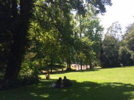 On se prélasse dans le parc.