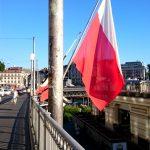Le drapeau de Lausanne porte les mêmes couleurs que l'écu. A sa suite, sur le Grand-Pont, les bannières des quartiers flottent au vent.