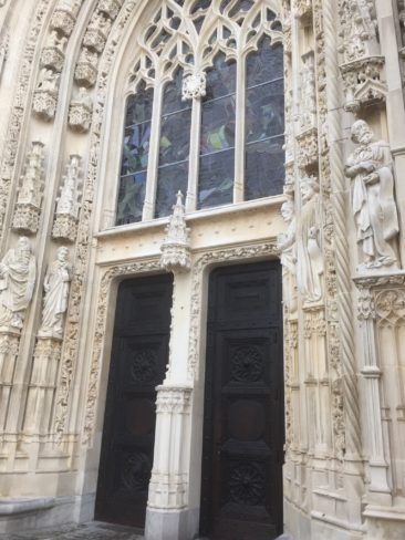 Entrée principale de la cathédrale, restaurée tout récemment.