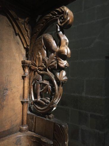 Dragon sculpté sur l'une des deux stalles.