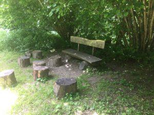 """Un banc accueillant pour le pèlerin fatigué, tout près du village lausannois """"Vers-chez-les-Blancs""""."""