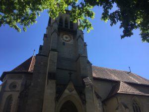 Le chemin passe à côté de l'église de Saint-François.