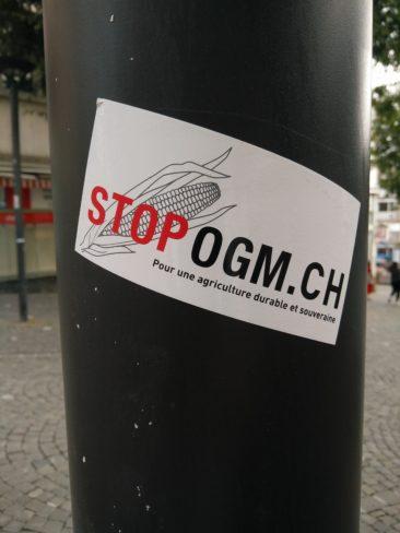 Les anti-OGM ont aussi leurs autocollants.