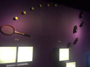Des pantoufles qui marchent sur un mur en direction de balles de tennis, ça c'est de la vulgarisation !