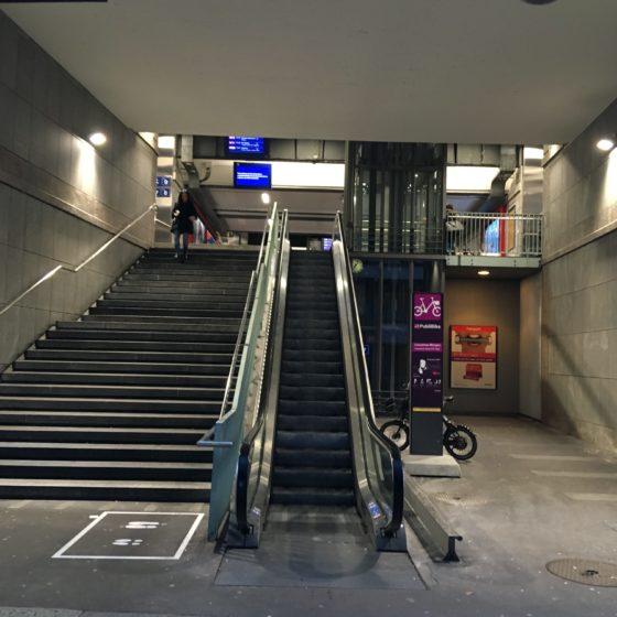 L'escalator de l'entrée sud de la gare CFF. A sa gauche, « la niche de tolérance ».