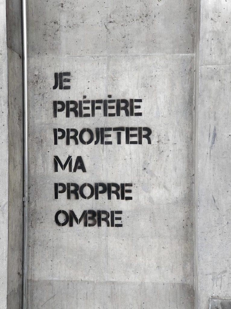 Une inscription repérée par Mathilde sur un mur bordant l'Avenue d'Ouchy. Photo : Mathilde Panes