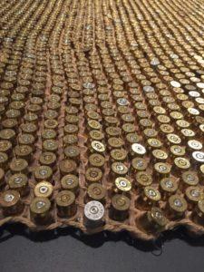 Un tapis à base de ficelle et de douilles usagées... parce que les militaristes aussi ont le droit d'être écolo. (1)