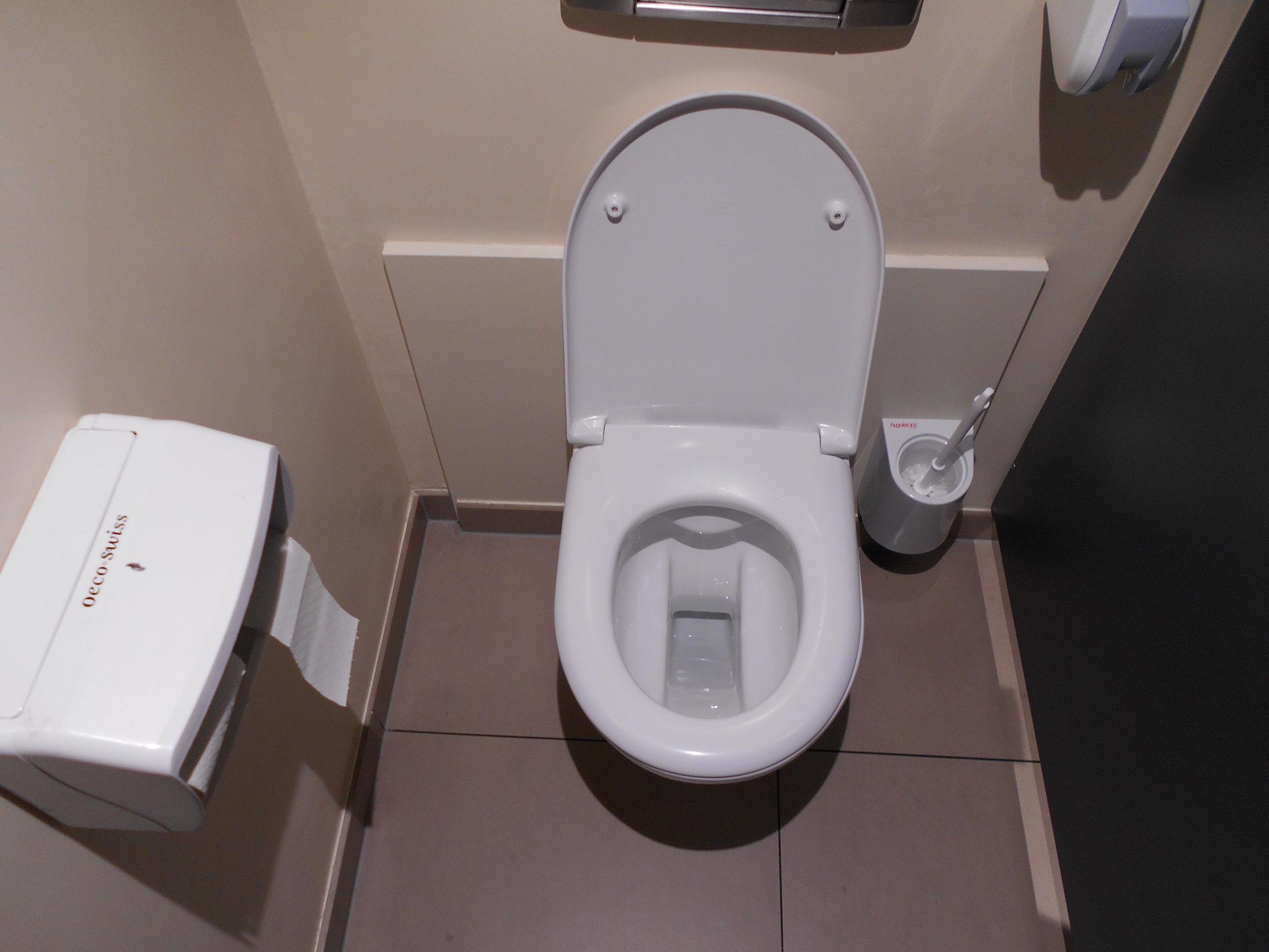 Une coiffeuse suce un client dans les toilettes
