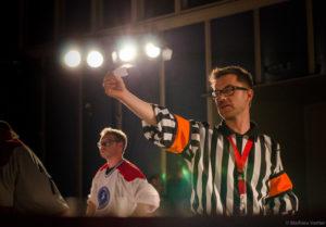 Maillots de hockeys pour les comédiens... et un arbitre qui donne les contraintes d'improvisation. (Photo : © IMPRO SUISSE)