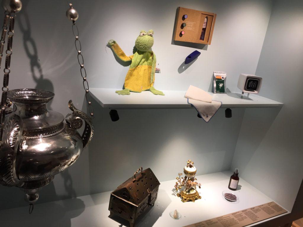 Les vitrines fourmillent d'objets apparemment hétéroclites, mais tous en lien avec l'odorat. Avec des brûles parfums à caractère religieux en plusieurs endroits, comme un encensoir ici à gauche.