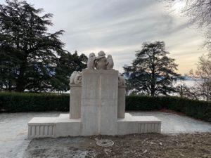 La fontaine au parc du Denantou vue de dos.