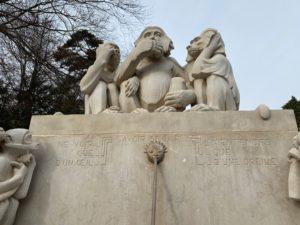 Gros plan sur les trois singes de la sagesse au parc du Denantou.